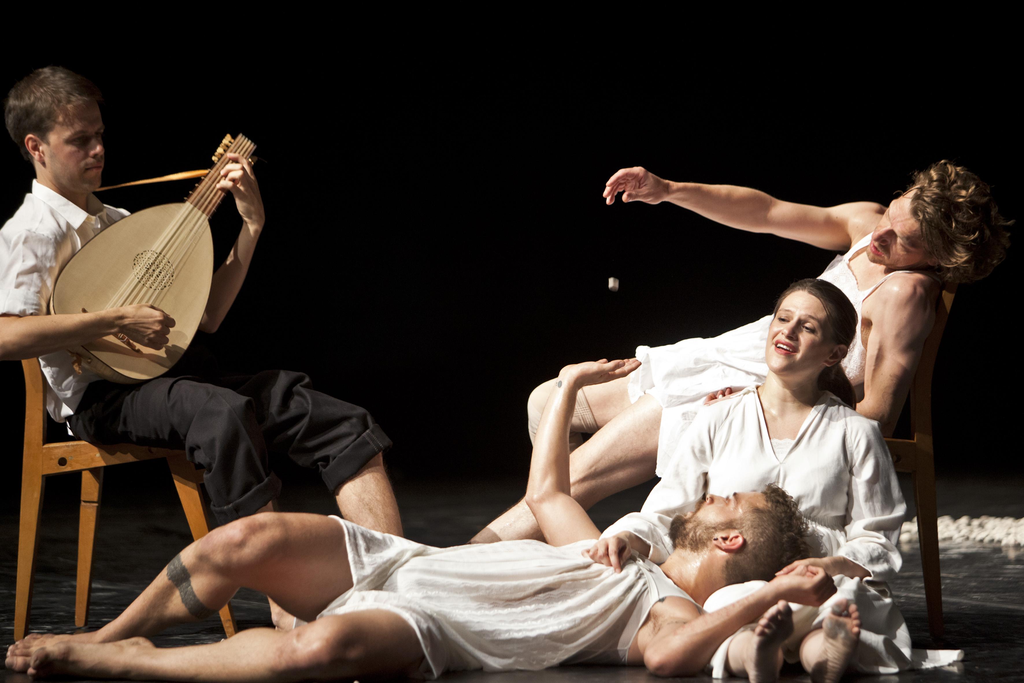 """"""" s t i l l """" Choreografie, Bühne, Kostüme: Juan Kruz Sopran: Robin Johannsen Laute: Magnus Andersson Tänzer: Joel Suárez Gómez (tätowierter Tänzer), Luc Dunberry"""